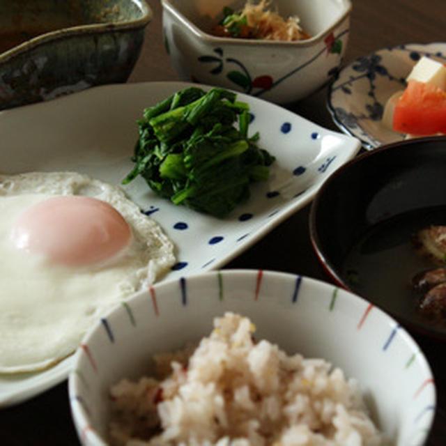 あさりの味噌汁、目玉焼き、トマトと豆腐のサラダ、納豆
