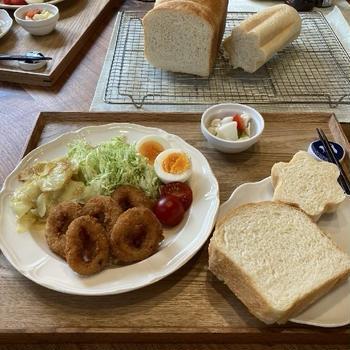【献立】手作り食パン2種、イカリングフライ、じゃがいもスライスのバターソテー、茹で卵、ピクルス