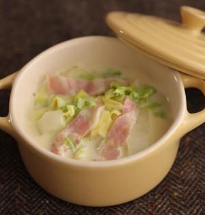 電子レンジで簡単5分♪白菜とベーコンの豆乳スープ