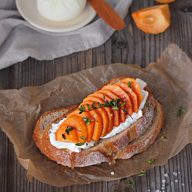 ハーブ岩塩と柿のタルティーヌ