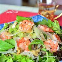 エスニック風ナムルの素とオリーブオイルでドレッシング、コリアンダーとナッツをのせた海老サラダ♪