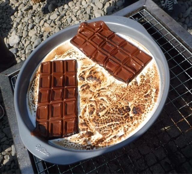 鍋に入ったスモアと板チョコ