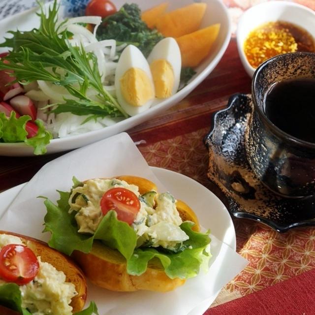 【朝ご飯は ミルク+焼きトマトのバターロールサンド/生野菜/コーヒー】