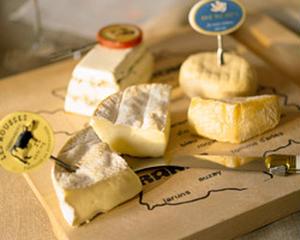 """実は日本酒は、「発酵」という同じ共通点があることから、""""チーズ""""との相性抜群なんです!<br><br..."""