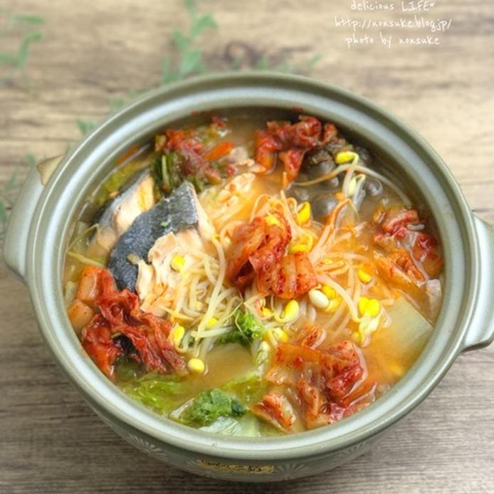 鮭やもやし、キムチが入った赤い鍋