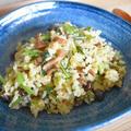 佃煮とお漬物の焼き飯。しめじと水菜が主役のシンプルで味わい深い味。