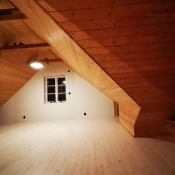 屋根裏部屋のリノベーション 床を塗る