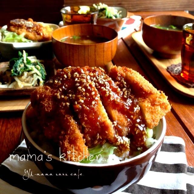 味噌ソースとごまがかかったチキンカツ丼のある食卓風景