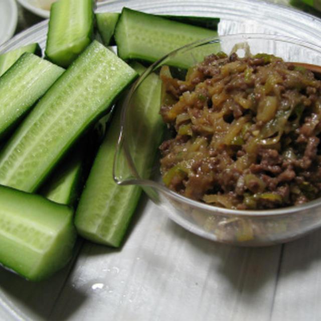 肉味噌をサニーレタスにきゅうりと共に巻いて(レシピ)