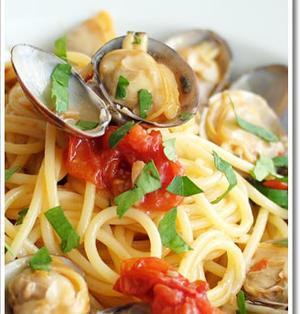 大粒のあさりを使ったボンゴレロッソのスパゲッティ