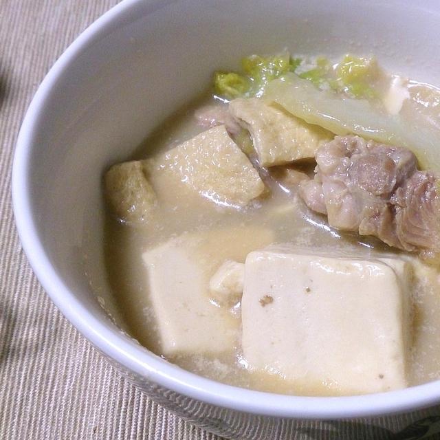 白い器に入った豆乳鍋の豆腐と野菜