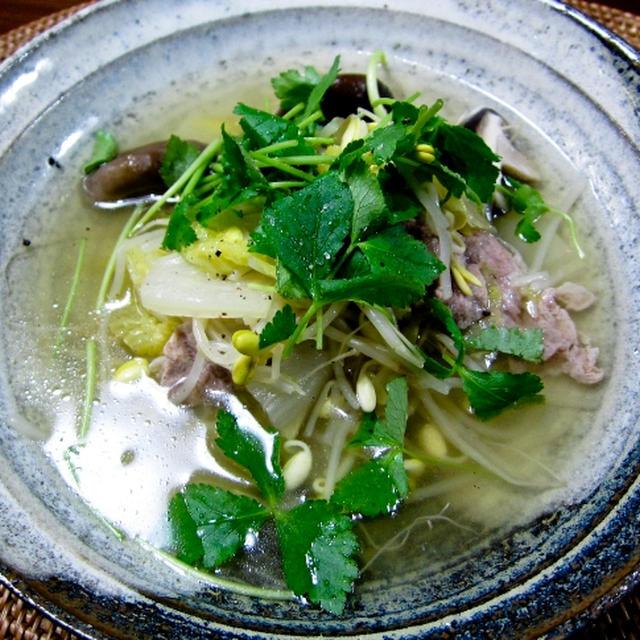 塩麹で漬け込んだ豚肉で白菜スープ。