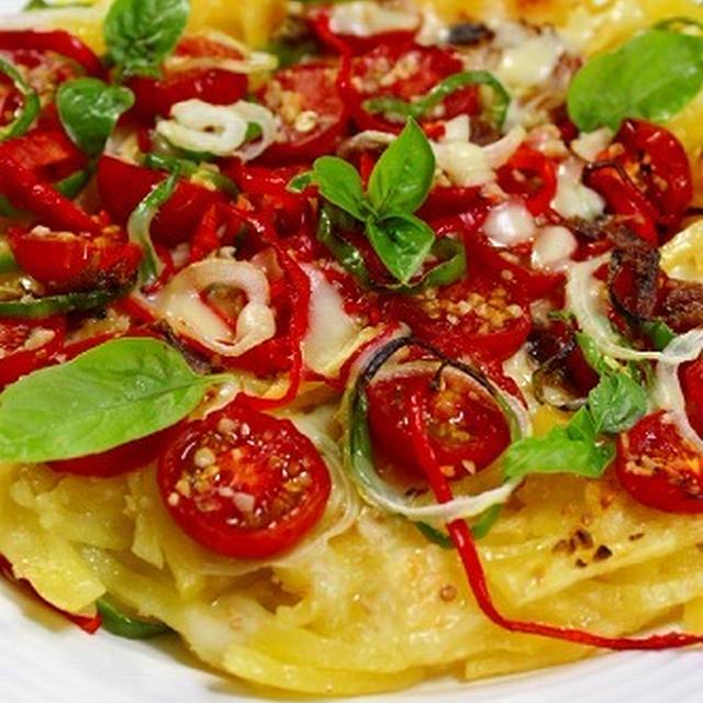 ジャガイモガレットとトマトのピザ あらびきガーリックでソースいらず