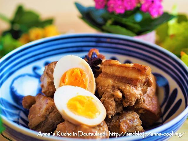 青い柄のお皿に盛られた豚の角煮