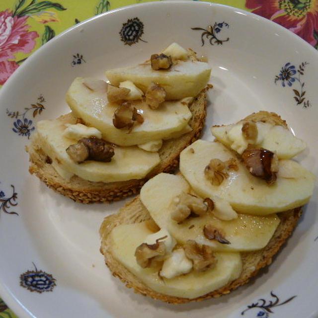 りんご&クリームチーズのくるみトースト~メープルシロップ添え