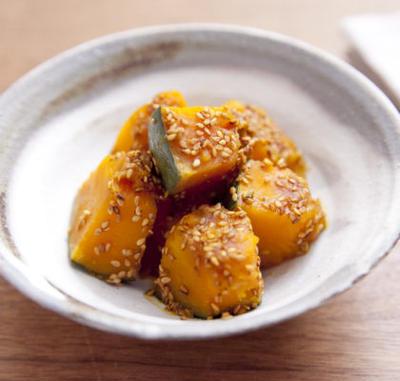 白い皿に盛られたかぼちゃの煮物