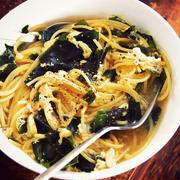 コンソメスープに乾麺スパゲティと乾燥わかめをダイレクトイン!「わかめと卵のスープスパ」