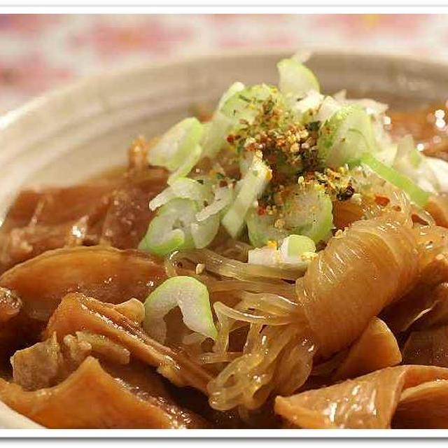 《居酒屋メニューde晩ご飯》牛筋と結び白滝の煮付け/海老の唐揚げ/サラダ/お吸い物です。