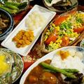 【晩ご飯は 新じゃが丸ごとカレーです♪】その他簡単野菜サラダ/マンゴーのデザートなど。