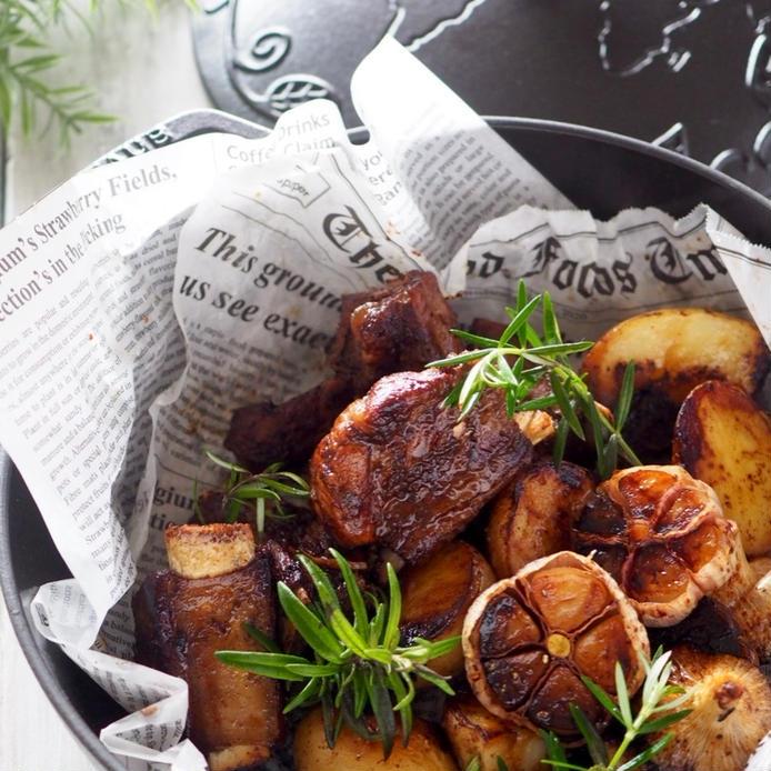 黒いフライパンに入ったフライパンで焼くスペアリブのガーリック焼き