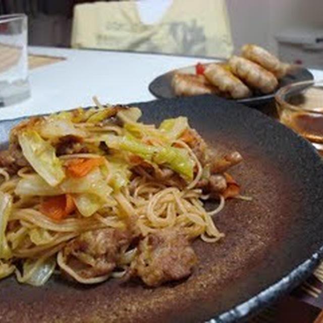 焼きビーフンともやしの餃子(Fried Rice Noodles with Pork, and Bean Sprout Grilled Dumplings)