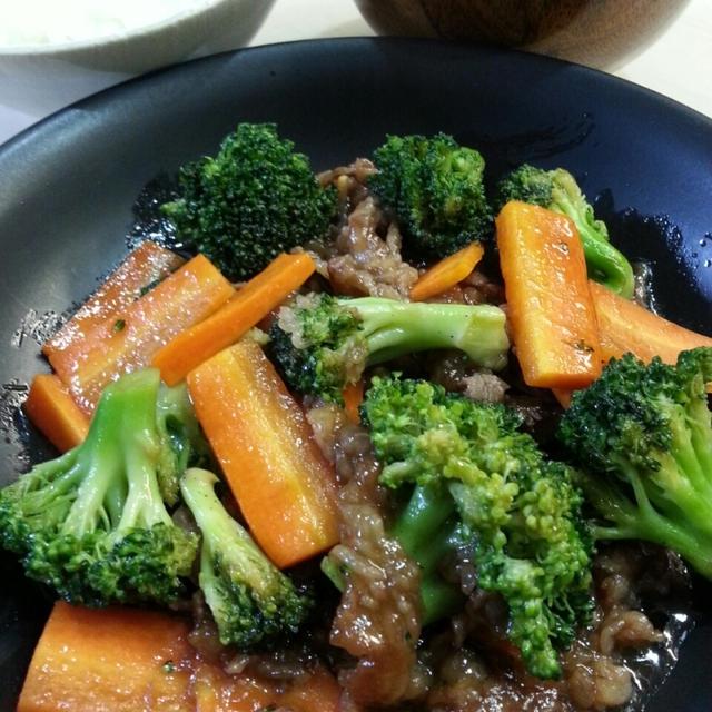 牛肉の炒めもの。ブロッコリーはレンチンで栄養も逃さない。