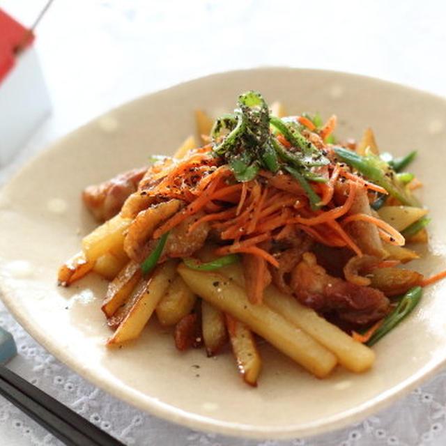 鶏皮きんぴら --- カリッカリに炒めた鶏皮と、その脂を吸うお野菜の組合せがおすすめです。