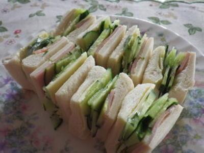 きゅうり・チーズ・ハムのサンドイッチ ごくごくフツーですが(^^ゞ