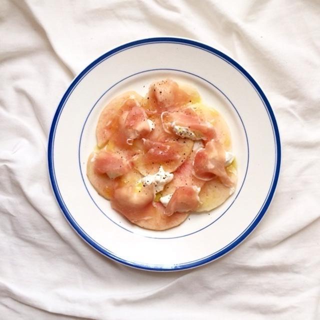たった5分で完成‼︎水切りヨーグルトで食べる!桃と生ハムのフルーツサラダ