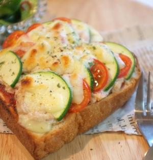 朝食に!トマトとズッキーニのツナピザトースト♪