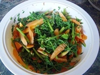 栄養満点☆葉つき人参のシンプルサラダ