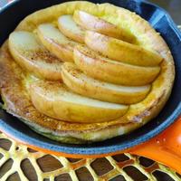 休日の朝ごはん。ココナッツ風味リンゴのダッチベイビー