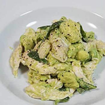 【レシピ】お湯につけるだけ超簡単!鳥むね肉とアボカド、バジルのサラダ【自家製サラダチキン】
