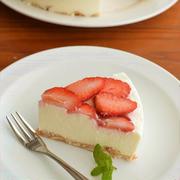 混ぜて冷やすだけ!簡単イチゴのレアチーズケーキ