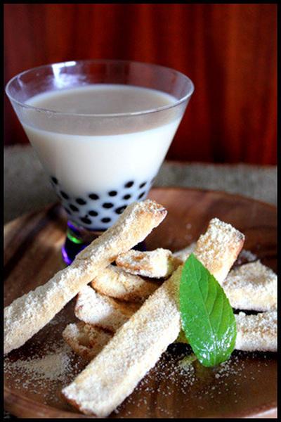 パン耳のきな粉ラスクとタピオカココナッツミルクティー
