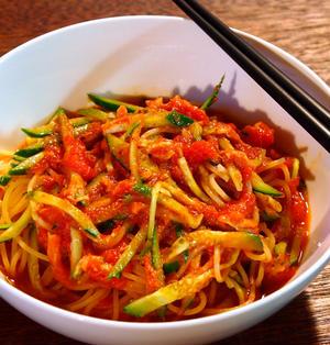 冷やしたトマト缶×ツナ缶×食べるラー油を和えるだけ!「冷製ピリ辛トマトスパ」