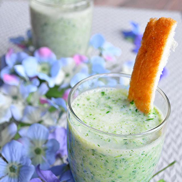 夏の朝の一杯。 小松菜×バナナ+ヨーグルト×豆乳 スムージー!