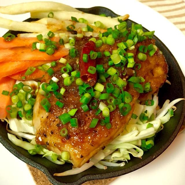 鶏もも肉のオニオンステーキとドッサリ野菜のスキレット