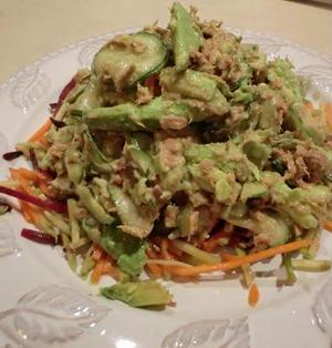 野菜たっぷりでヘルシー ツナ、きゅうり、アボガドの胡麻だれ おかずサラダ