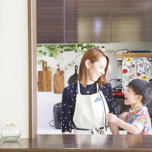 突っ張り棒を使ってキッチンの収納力をアップ!~松山絵美さんの「世界一楽しいわたしの台所」