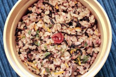 びっくり炊きの玄米で、鰹香る♪十穀玄米のひじき梅おかか炒飯。