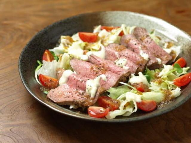 3. 炊飯器で簡単!ジューシーローストビーフサラダ