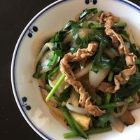 コリアンダーを使って豚肉と新玉ねぎとニラの炒め物