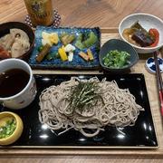 【献立】年越し蕎麦、根菜の煮物、お漬物盛り合わせ、菜の花のマヨポン和え、焼き野菜の甘酢漬け、ビール