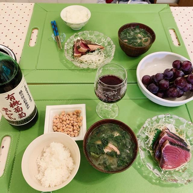 モロヘイヤと鶏肉のスープ、カツオタタキ、納豆、ぶどう
