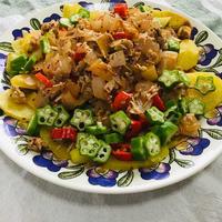豚肉と玉ねぎのポテトサラダ   にんべん ひき肉のトマトバジル炒めで