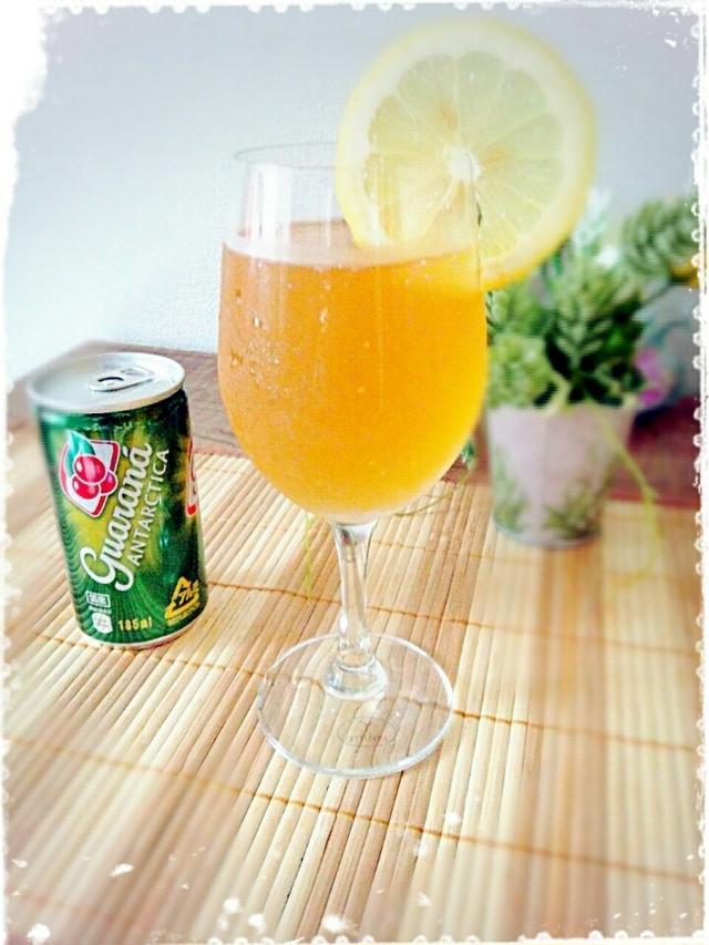 レモンがグラスの縁に添えられたパナシェ