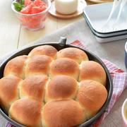 日曜日の朝献立から、タルト型で【練乳入りちぎりパン】。