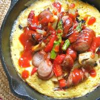 ボリュームたっぷりランチはスキレットで簡単!彩り野菜のオープンオムレツ。