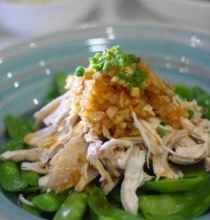 レンジ蒸し鶏ときぬさやのピリ辛新玉ねぎソース
